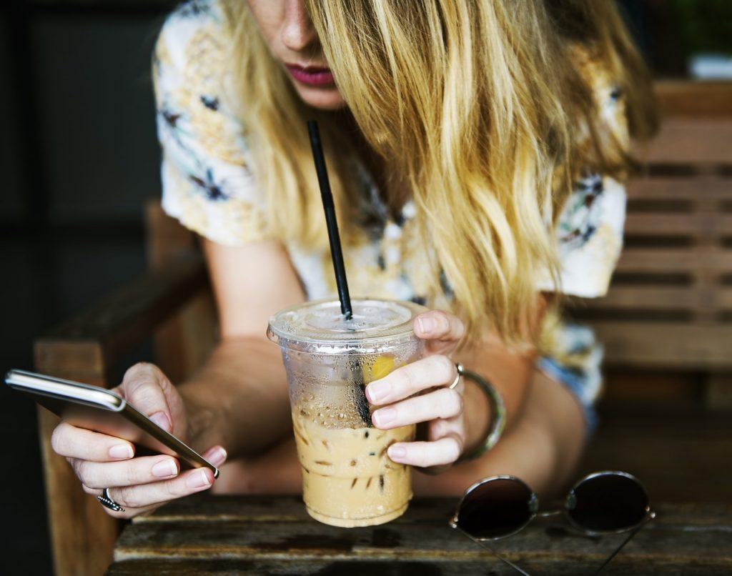 soğuk kahve yapımı, soğuk kahve içen kız