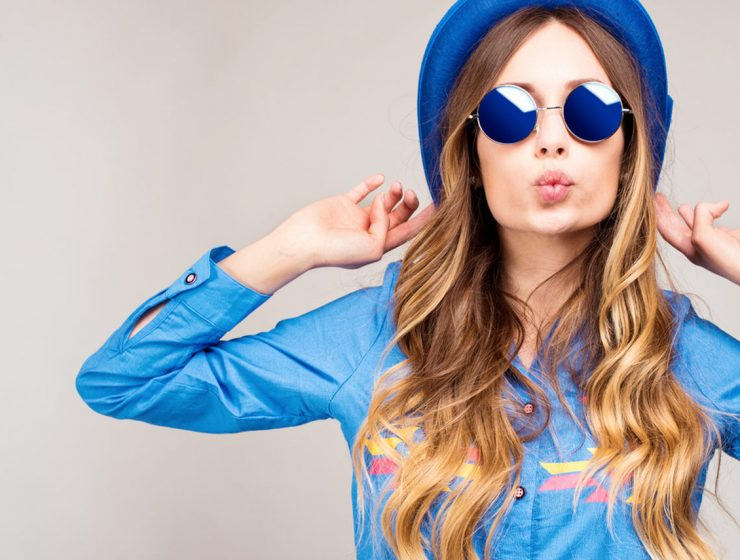 2017 kış sokak modası, mavi gözlük şapka ve gömlek giyen kadın