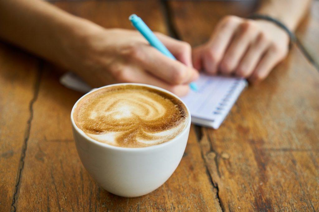 americano kahve ve çalışma masası