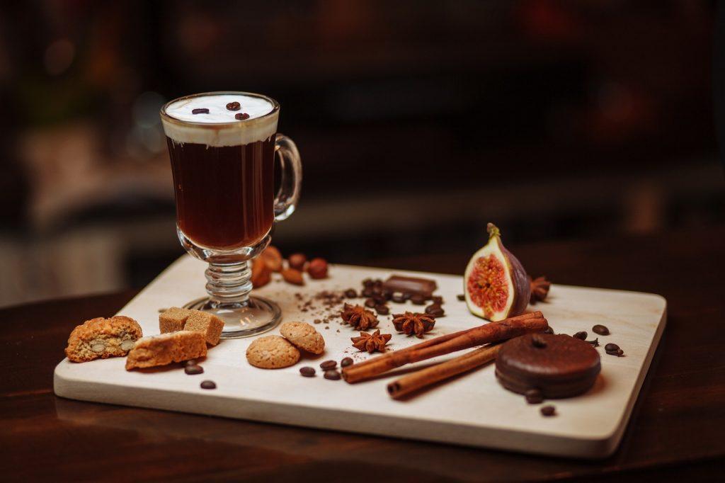 farklı kahve tarifleri, incir ve tarçınlı kahve