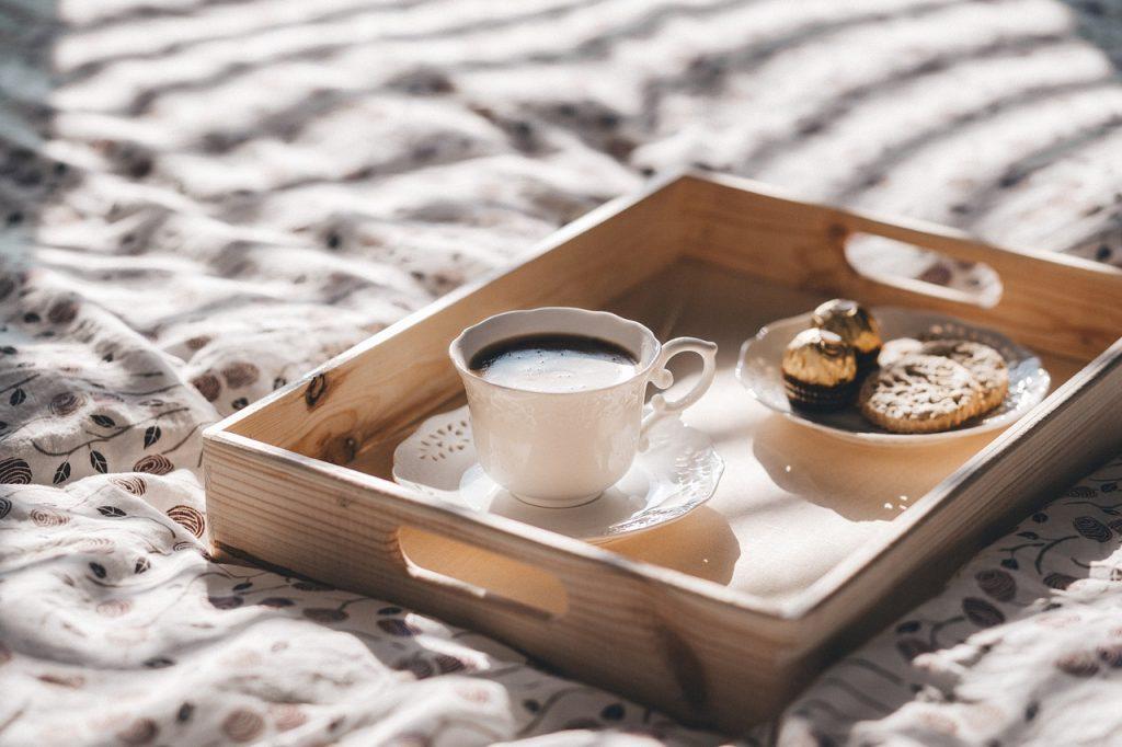farklı kahve tarifleri, yatak üzerinde şık tepsi ve kahve